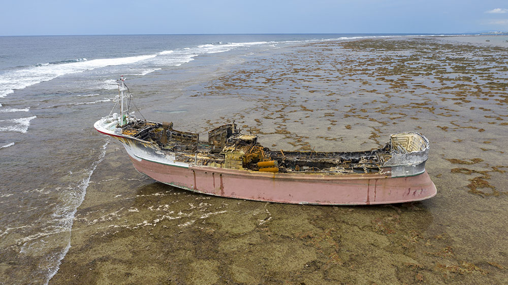 石垣島・白保に座礁した台湾漁船(全焼)をドローン撮影